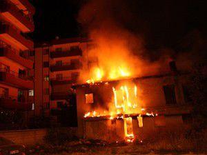 Konyada boş ev alev alev yandı