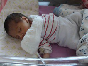 6 günlük bebeğin kopan parmağı dikildi