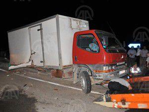 Kamyon ile otomobil çarpıştı: 3 ölü, 5 yaralı