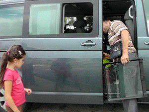 Gurbetçinin aracından valizlerini çaldılar