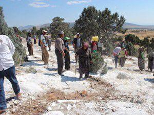 Köylüler taş ocağını bastı