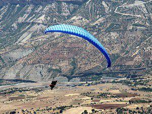 Yamaç paraşütü yaparken kayalıklara çarptı