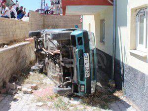 Kontrolden çıkan otomobil evin bahçesine düştü