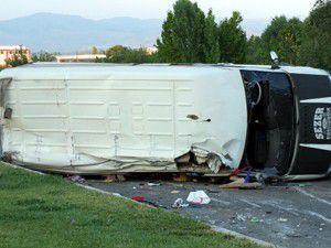 Otomobil minibüse çarptı: 16 yaralı