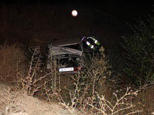 Otomobil şarampole devrildi 1 ölü 1 yaralı