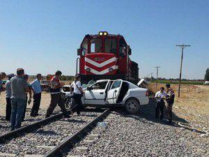Tren otomobili biçti 2 ölü 1 yaralı!