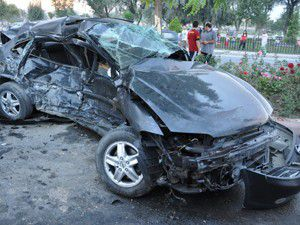 Otomobil ile kamyonet çarpıştı: 1 ölü, 4 yaralı