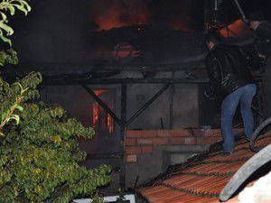 Komşular iki aileyi yanmaktan kurtardı