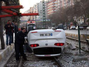 Konyada otomobil tramvay hattına girdi: 3 yaralı