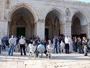İsrail polisi Mescid-i Aksayı bastı.