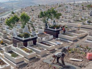 Mezarlıklar bakımdan geçiyor