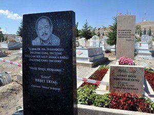 Neşet Ertaş için anıt mezar