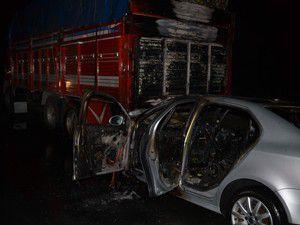 Kamyona çarpan otomobil yandı!
