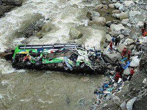 Peruda yolcu otobüsü nehre uçtu: 50 ölü