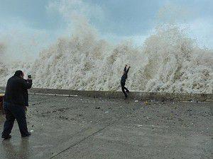 Fırtınada dalgalar 4 metreyi aştı
