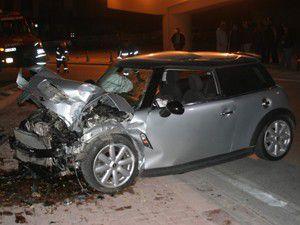 Otomobil elektrik direğine çarptı 3 yaralı!