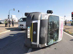 Konyada minibüs ile otomobil çarpıştı: 14 yaralı