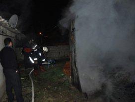 Odunlukta çıkan yangın evi yakıyordu!