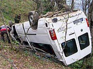 Minibüs devrildi: 2 yaralı var