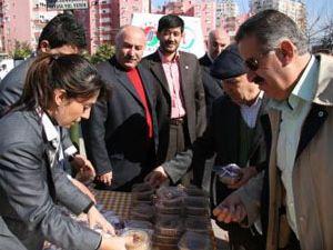 Anadolu Gençlik Derneği aşure ikram etti
