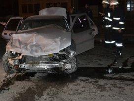 Otomobil duvara çarptı: 1 ölü 1 yaralı