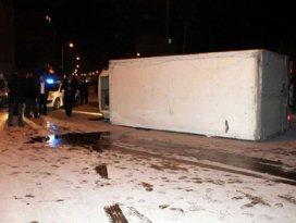 Otomobille çarpışan kamyonet devrildi