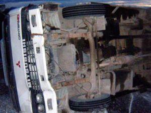 Motor yağı yüklü kamyon devrildi