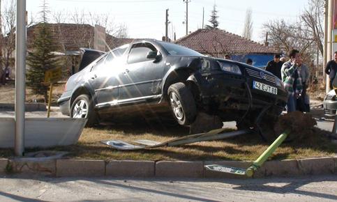 Otomobille hafif ticari araç çarpıştı