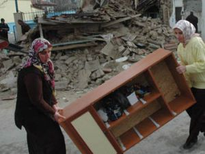 Evleri yıkılmadan dışarı çıkmayı başardılar