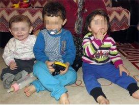 Anneleri evi terk eden 3 kardeşin dramı