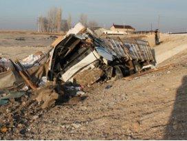 Konyada kamyon devrildi; 2 yaralı