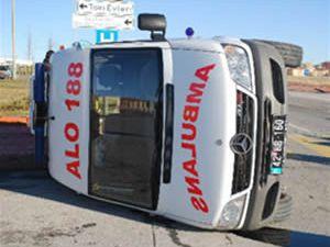 Doğuma yetiştirmek isteyen ambulans kaza yaptı