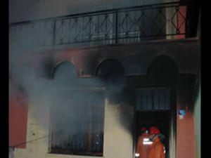 Sigara izmaritinden doğan ateş evi tutuşturdu