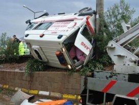 Kazaya giden ambulans takla attı