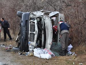 Para nakil aracıyla yolcu minibüsü çarpıştı: 14 yaralı