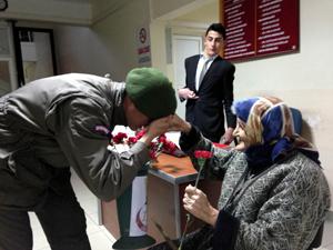 Jandarmadan yaşlı kadına sevgi çiçeği