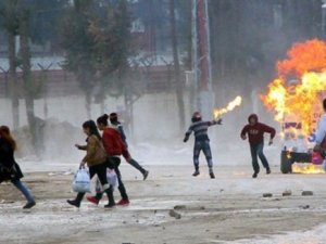 Göstericiler polis aracını yaktı