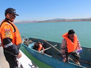 Beyşehirde jandarma balıkçılara can yeleği dağıttı