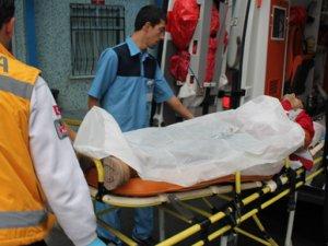 İşe giderken bacağından bıçaklandı