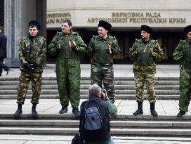 Askerler parlamento binasını kuşattı!