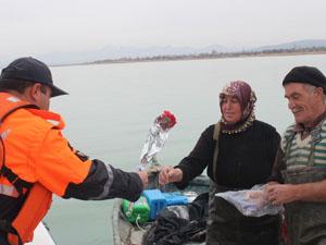 Jandarmadan balıkçı kadınlara çiçek