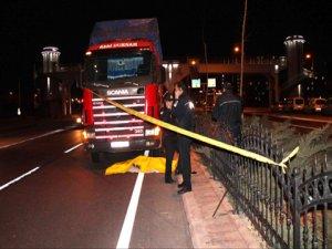 Üst geçidi kullanmadı, kamyon çarptı
