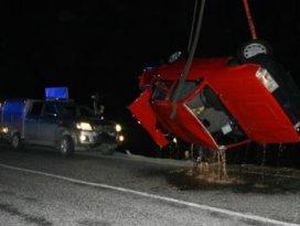 Otomobil çaya yuvarlandı: 2 ölü