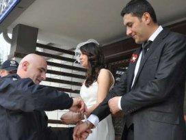 Genç çift nikahta kelepçelendi
