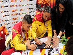 Galatasaraylı futbolcular Konyada imza dağıttı