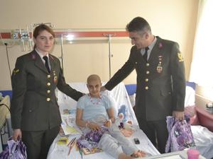 Jandarmadan hastalara moral ziyareti