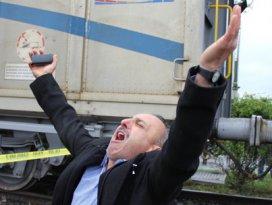 Babası gözü önünde trenin altında can verdi