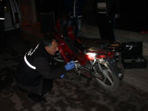 Çaldığı motorsikleti sahibinin kapısına bıraktı