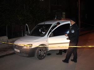 Aracını park ederken tabancayla vuruldu