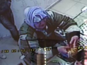 Bilezik hırsızlığı kameraya yansıdı